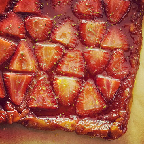 You can just about see your own reflection in this strawberry and rosemary tarte tartin from @spoonforkbacon.