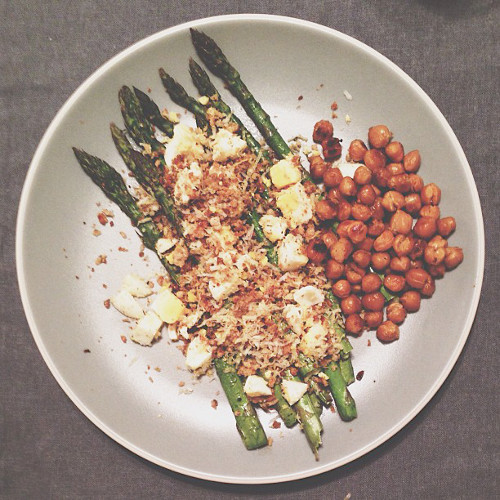 These egg and bacon asparagus spears go hand in hand with Sriracha-roasted chickpeas. (Photo: @sladenburger)