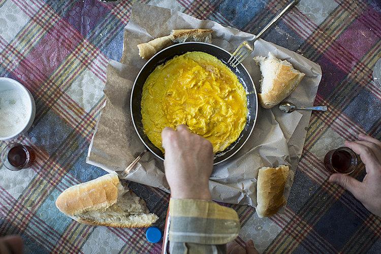 Köy Yumurtası, the classic Turkish breakfast of eggs and bread.