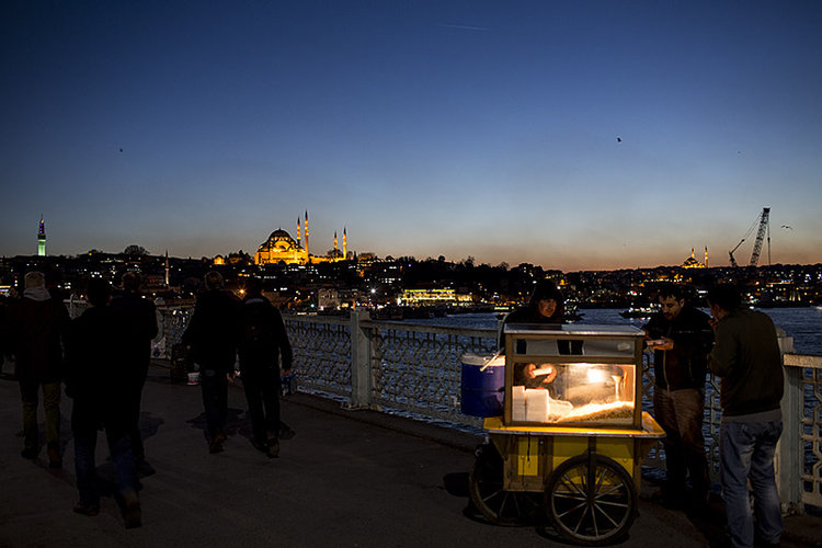 A late-night Nohutlu Pilav (rice and chickpea pilaf, eaten with chicken) cart on the Galata Bridge, Istanbul, Turkey.
