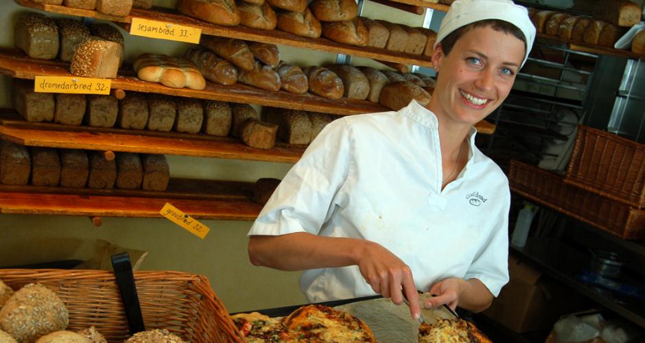 "Picking up a hot baker. ""Say, you like bread? So do I!"" (Photo: Wikimedia Commons)"