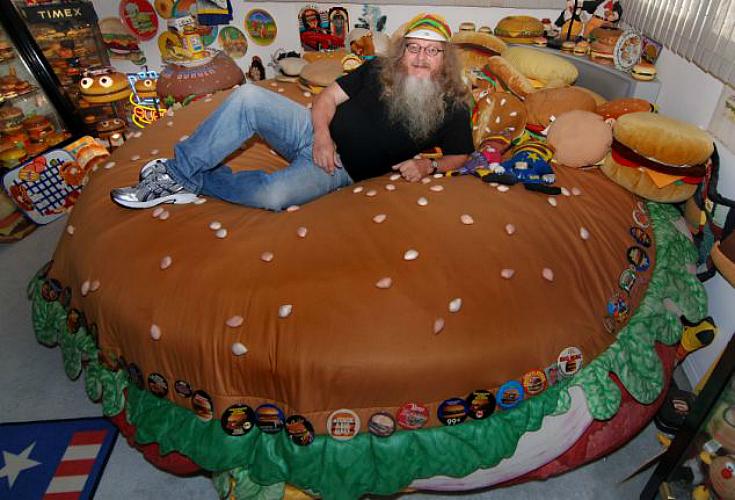 Hamburger Harry has a custom-made cheeseburger bed. (Photo: Caters News Agency)