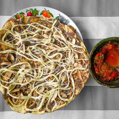 This Tlayuda Oaxaqueña is a Mexican street food specialty. Photo: