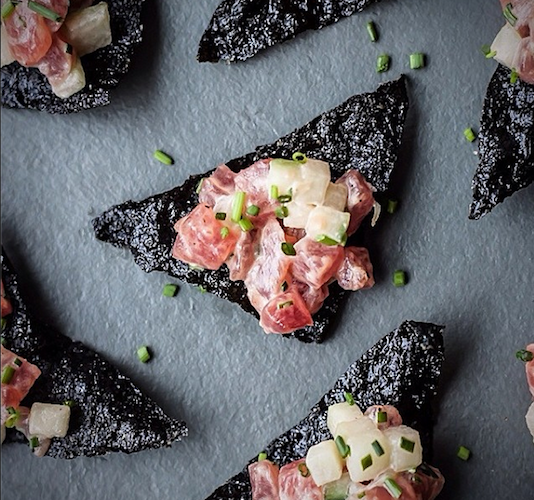 Laura Davidson from Blogging Over Thyme makes nori chips topped with tuna tartare that we want to devour, like, right now. Photo: @bloggingoverthyme