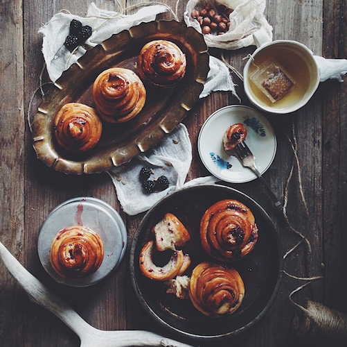 Fresh-from-the-oven sticky cinnamon rolls are a perfect way to start your Sunday. Photo: @eva_kosmas_flores