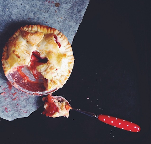 This fruity personal pie has us thinking about all the BBQ's we are going to feast at this summer. Photo: @cicciprinci30