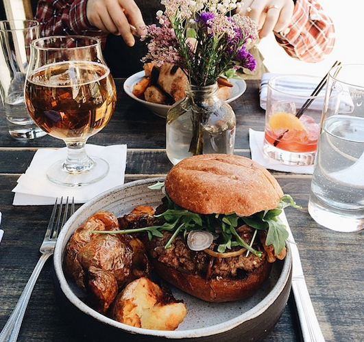 Alfresco burgers and beer at SKÁL in NYC. Photo: @stylefare