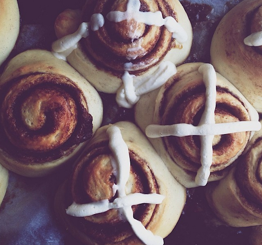 Hot cross buns, straight from the oven, looking sexy. Photo: @sarah_kieffer