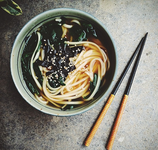 This stylish bowl of udon noodles is topped with spinach, nori, and sesame seeds. Photo: @mmmoky_