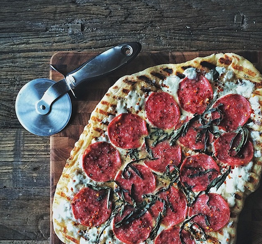 Will someone make us this homemade grilled pizza topped with spicy salami, burrata, and basil? Please? Photo: @slothfulslattern