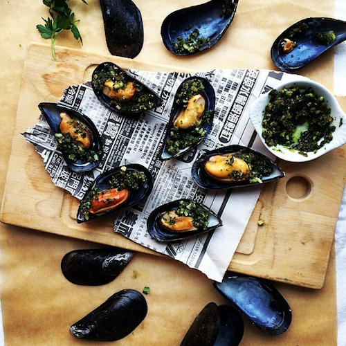 Karen Ferries, the cocktail party chef, shows off an unexpected but elegant hors d'oeuvre idea—mussels with parsley-garlic breadcrumbs. Photo: @cocktailpartychef