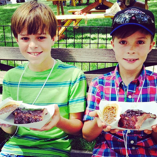 Two of our favorite things in this world: Cute kids and 'cue. (Photo: