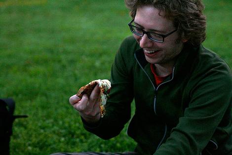 No fold hold = limp pizza. (Photo: Flickr/Sharyn Morrow)